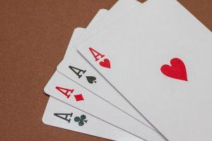se familiariser avec le poker à 3 cartes